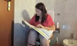 Vendetta al mio ex fidanzato! Trovo una sua lettera nei giornali e decido di pulirmi il culo e pisciarci sopra dopo aver letto le sue parole da innamorato!