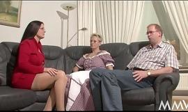 Die Nanny hilft dem Martin rauf, da geh´_n bei Angelica die Schenkel auf