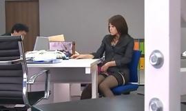 Office bimbo, Maki Hojo, plays take their way shopping-bag lady