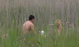À la chasse de la coquine à gangbang dans son milieu naturel [Full Video]