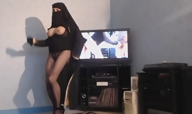 musulmane voilée danse les seins nus
