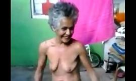 Wanita tua menari telanjang